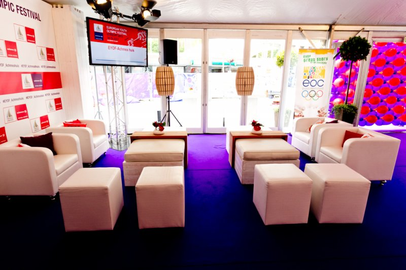 EYOF 2013 - Foto 3 - Lounge opstelling met nieuwe tafeltjes van hout