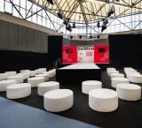 Negenmaandenbeurs 2013 - Foto 3 - ModeShow met witte lounge blokken